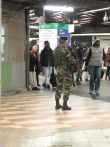 Soldat armé du fameux Famas, dans la zone des Halles qui mène aux RER.